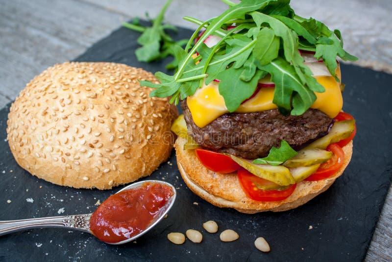 domowej roboty wołowina hamburger zdjęcie royalty free