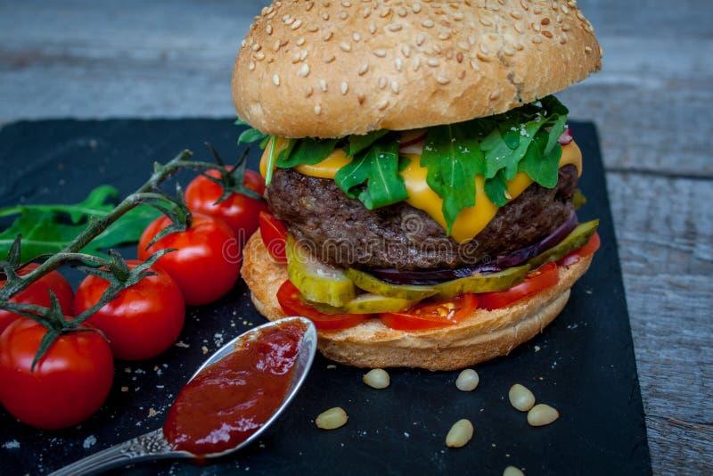 domowej roboty wołowina hamburger obrazy royalty free