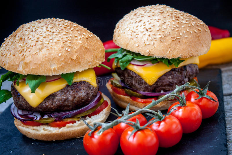 Domowej roboty wołowina hamburgery zdjęcie royalty free