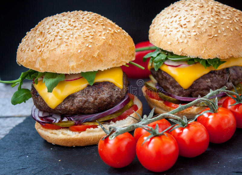 Domowej roboty wołowina hamburgery fotografia stock