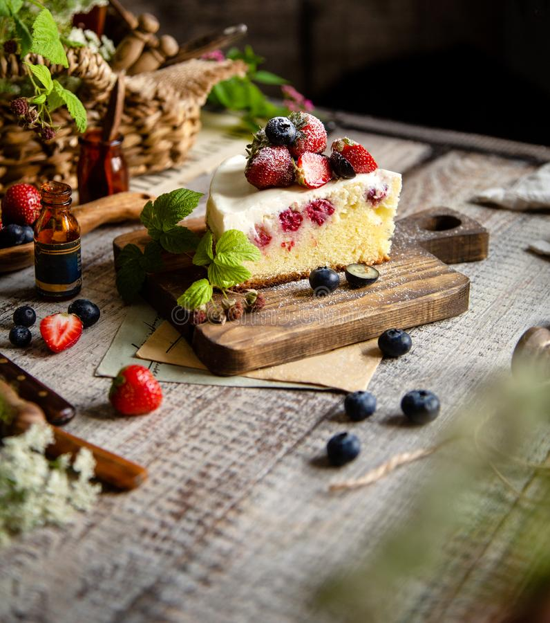 Domowej roboty wyśmienicie plasterek malinowy ciastko tort z białą śmietanką, truskawki, czarne jagody obraz stock