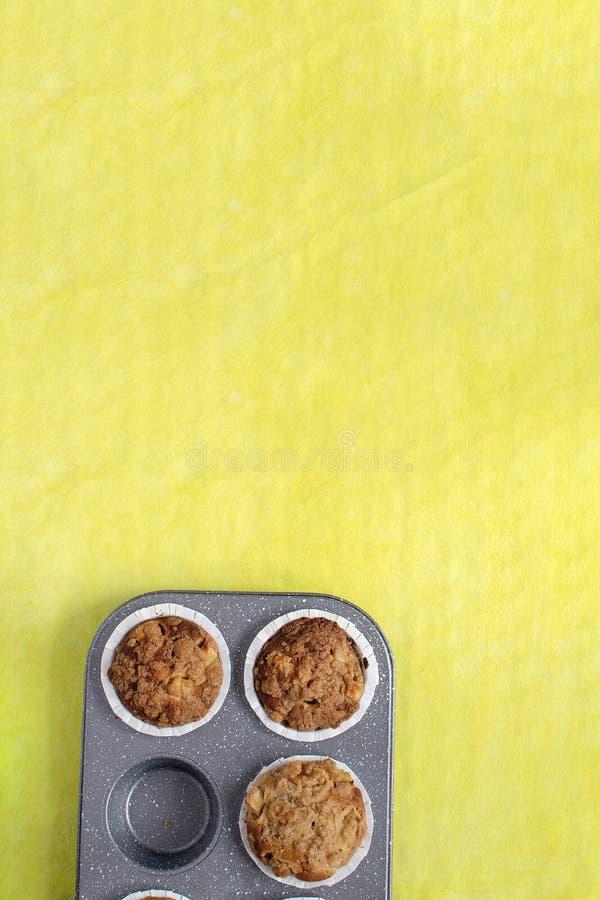 Domowej roboty wypiekowy pojęcie - świezi piec słodka bułeczka na deaktywacji dręczą, minimalny obrazek, jaskrawy żółty tło, odgó obrazy royalty free