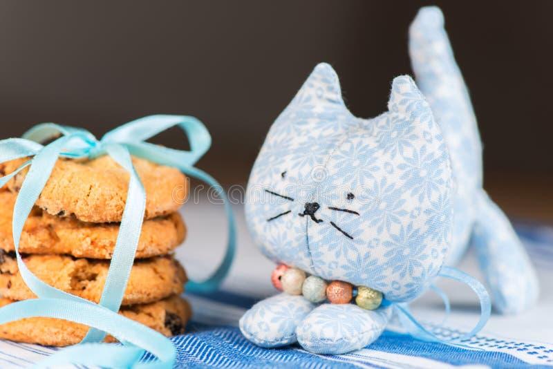 Download Domowej Roboty Zabawkarski Kot Płytki Dof I Ciastko Zdjęcie Stock - Obraz złożonej z tablecloth, ciastko: 28955704