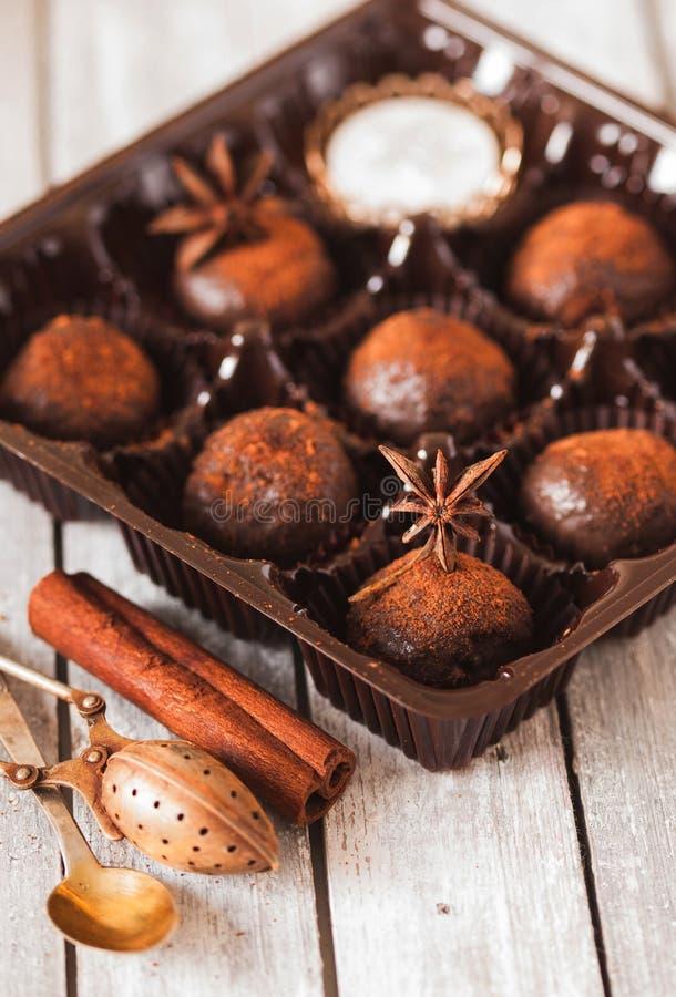 Domowej roboty zdrowego weganinu czekoladowe trufle obrazy stock