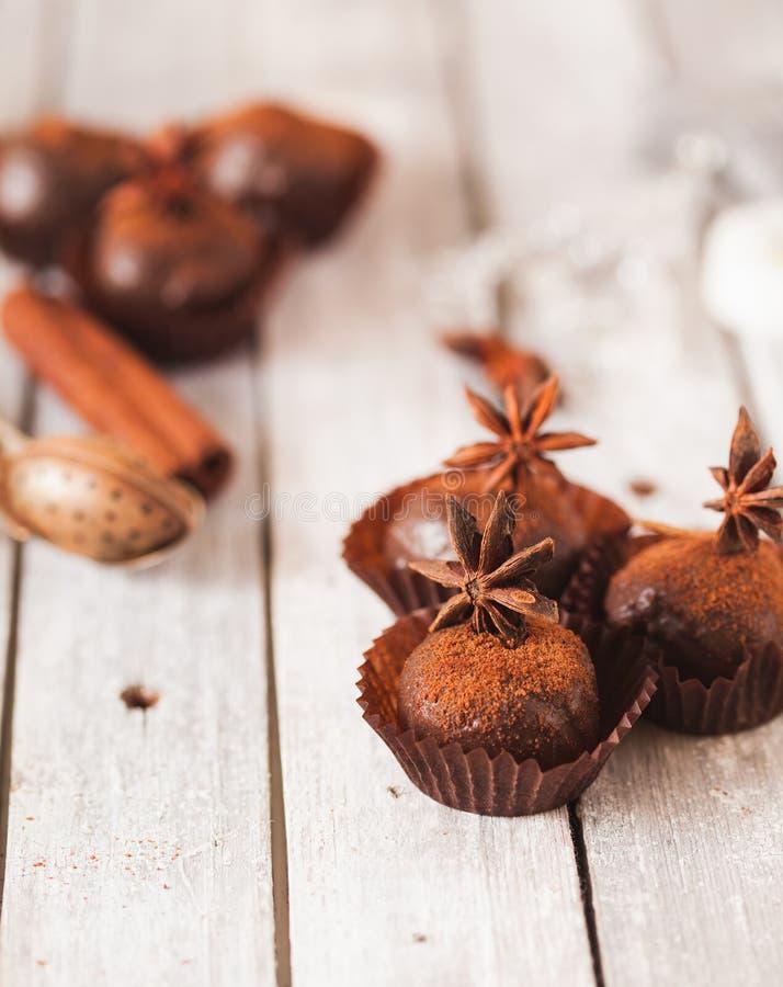 Domowej roboty zdrowego weganinu czekoladowe trufle zdjęcia royalty free