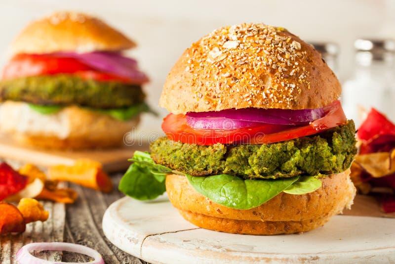 Domowej roboty Zieleni weganinów hamburgery obrazy stock