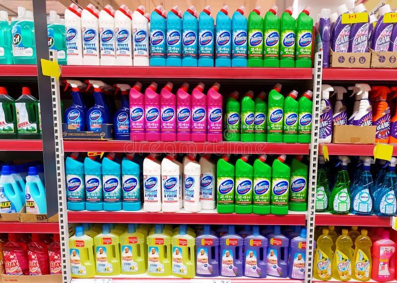 Domowi cleaning produkty szelfowi w supermarkecie zdjęcia royalty free