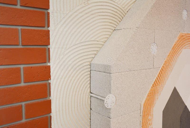 Domowy ściany z cegieł odświeżanie, insualtion z kleidła gipsowania warstwami, reinforcment siatka, wietrzył betonowych bloki, ko obraz royalty free