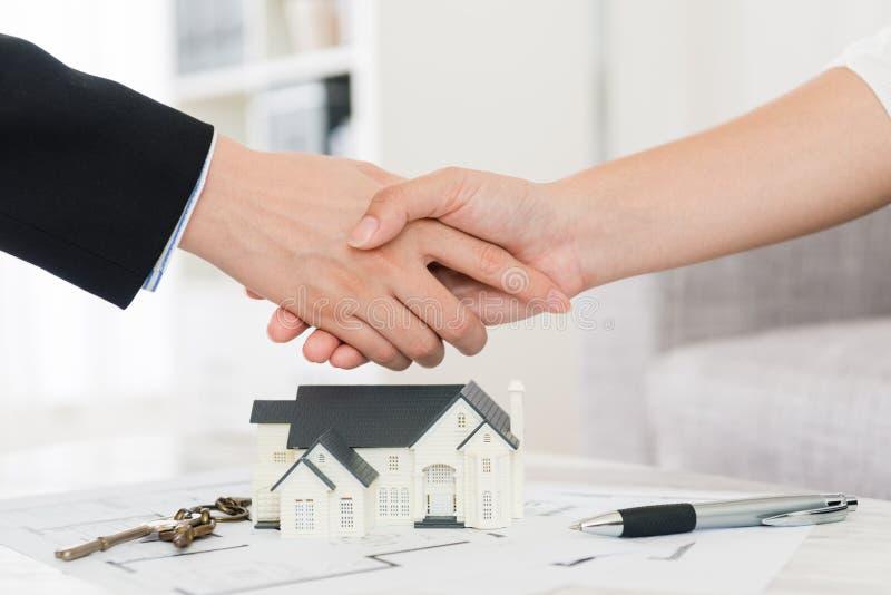 Domowy agent pomyślnie sprzedaje budynku plan obraz royalty free
