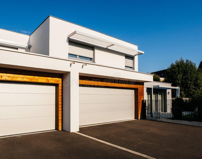 Domowy architektura styl z wielkim garażem automatyzował drzwi zdjęcie stock