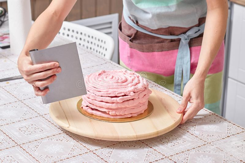 Domowy ciasto szef kuchni uczy dlaczego zrównywać obrazy stock