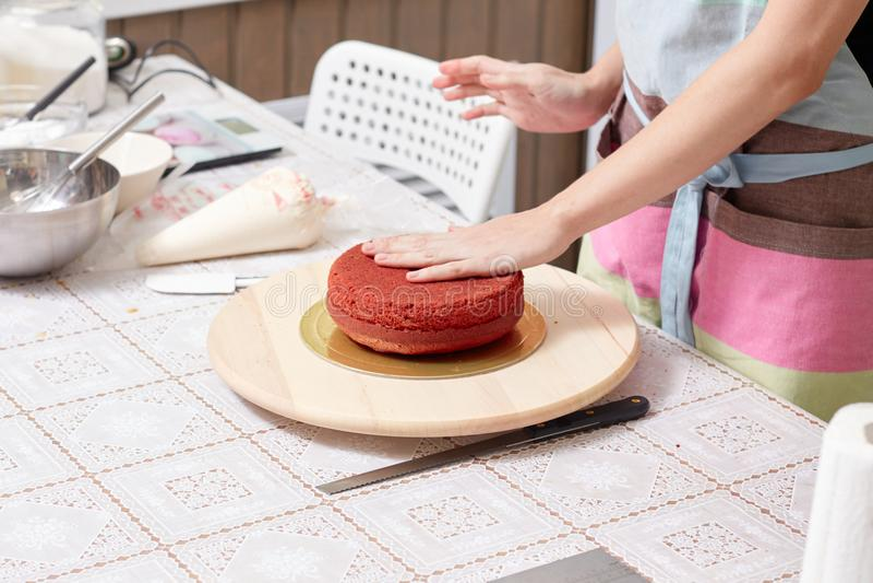 Domowy ciasto szef kuchni uczy kulinarnego czerwień tort obraz royalty free