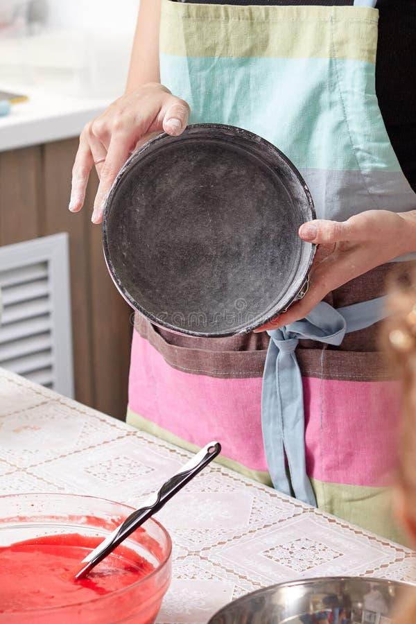 Domowy ciasto szefa kuchni przedstawienia pieczenia naczynie dla gotować tort obraz royalty free
