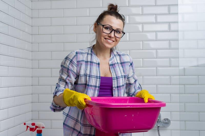 Domowy cleaning Kobieta czyści w łazience w domu zdjęcie stock