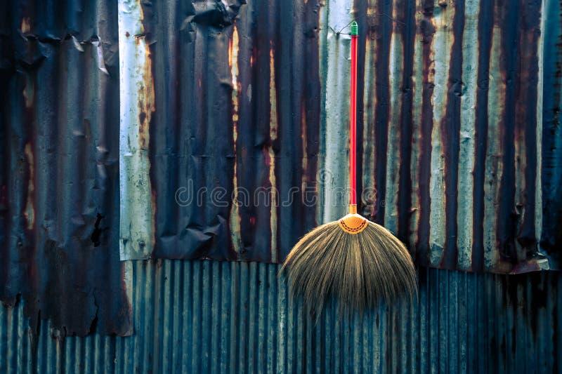 Domowy cleaning wyposażenia pojęcie Na cynkowej antycznej ścianie obrazy royalty free