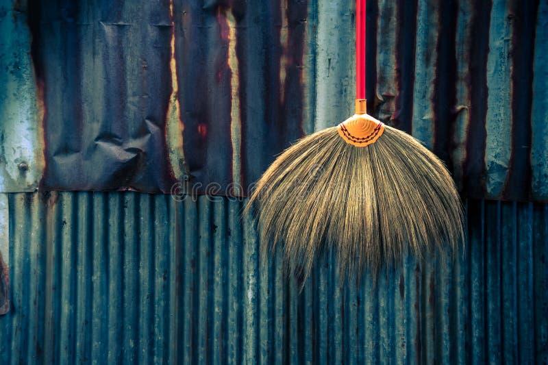 Domowy cleaning wyposażenia pojęcie Na cynkowej antycznej ścianie zdjęcie royalty free