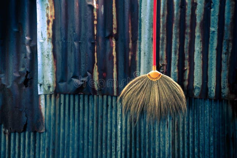 Domowy cleaning wyposażenia pojęcie Na cynkowej antycznej ścianie zdjęcie stock