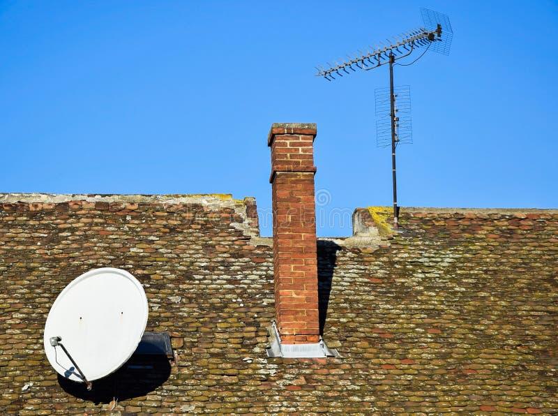 Domowy dach z antenami zdjęcia royalty free