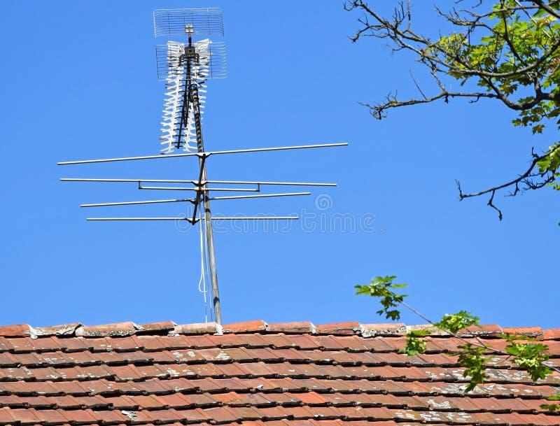 Domowy dach z antenami fotografia royalty free