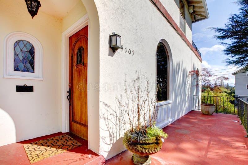 domowy gankowy czerwony spanish stylu biel obrazy royalty free