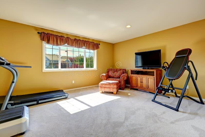 Domowy gym pokój z ćwiczeń equipments obrazy royalty free