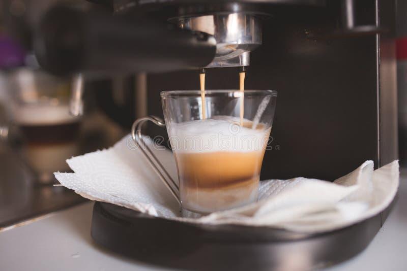 Domowy kawowy przygotowanie z expresso maszyną obraz stock