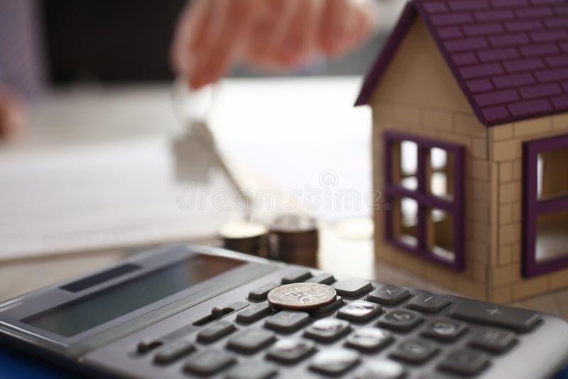 Domowy Keychain w agent nieruchomości ręki Domowym czynszu zdjęcie royalty free