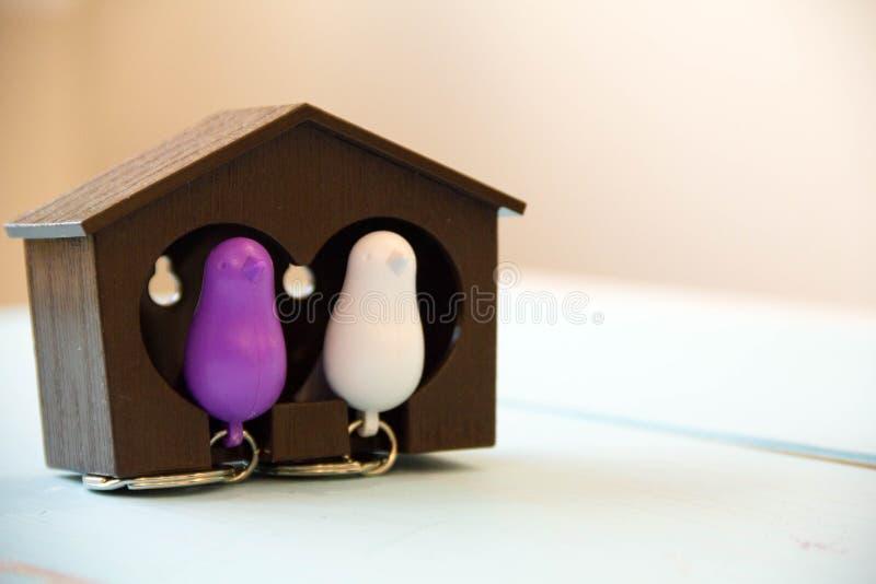 Domowy klucz na domowym kształtnym keychain na drewnianym stole Pojęcie dla nieruchomości lub wynajmowania domu fotografia stock