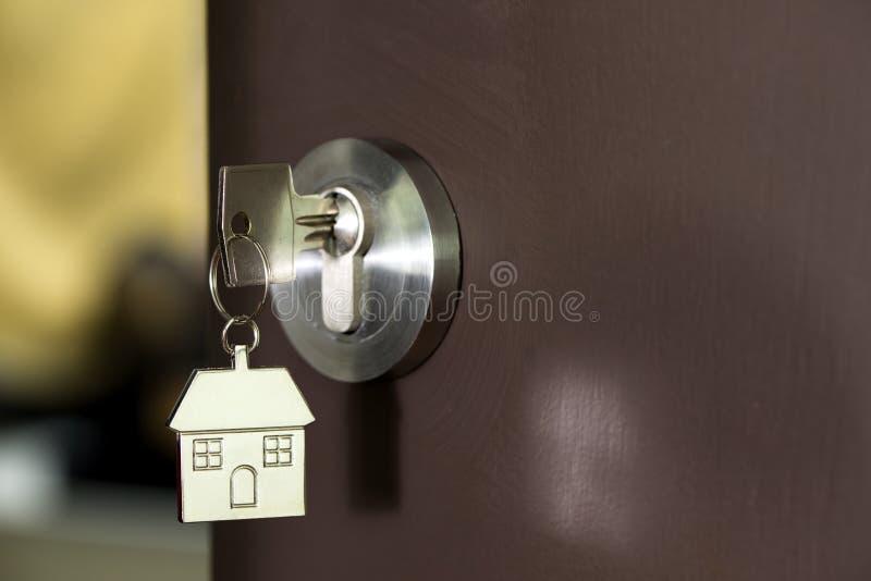 Domowy klucz w drzwi obraz stock