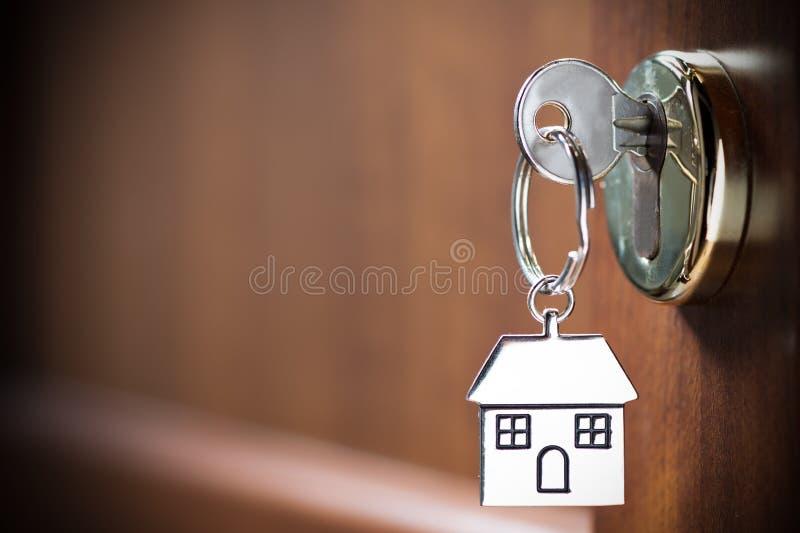 Domowy klucz w drzwi zdjęcie stock