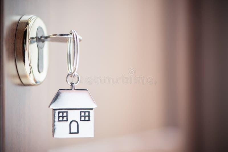 Domowy klucz w drzwi zdjęcia royalty free