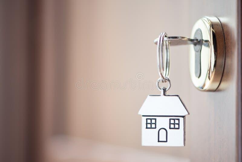Domowy klucz w drzwi obraz royalty free