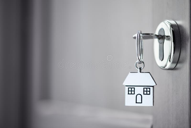 Domowy klucz w drzwi obrazy royalty free
