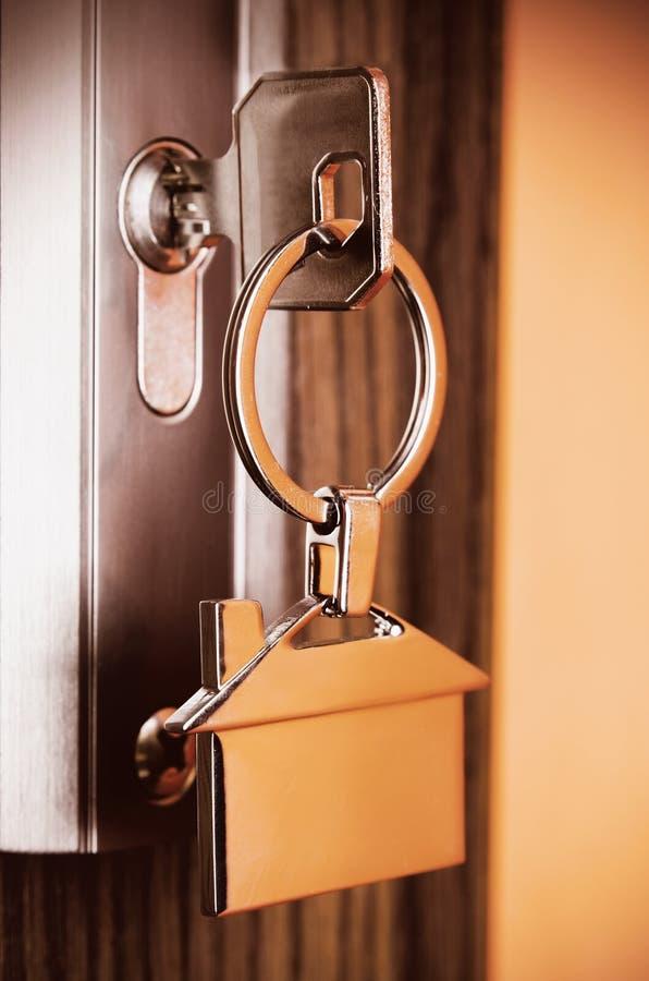 Download Domowy Klucz Z Srebnym Chromu Breloczkiem Zdjęcie Stock - Obraz złożonej z system, srebro: 57656290