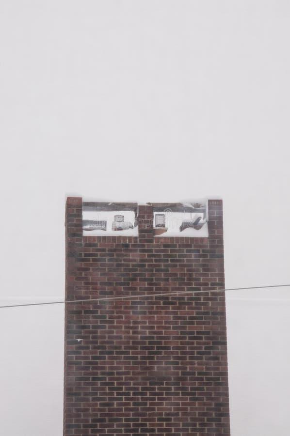 Domowy komin w śniegu po masywnej zimy burzy zdjęcia stock