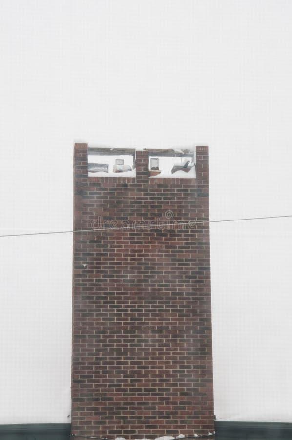 Domowy komin w śniegu po masywnej zimy burzy obraz royalty free
