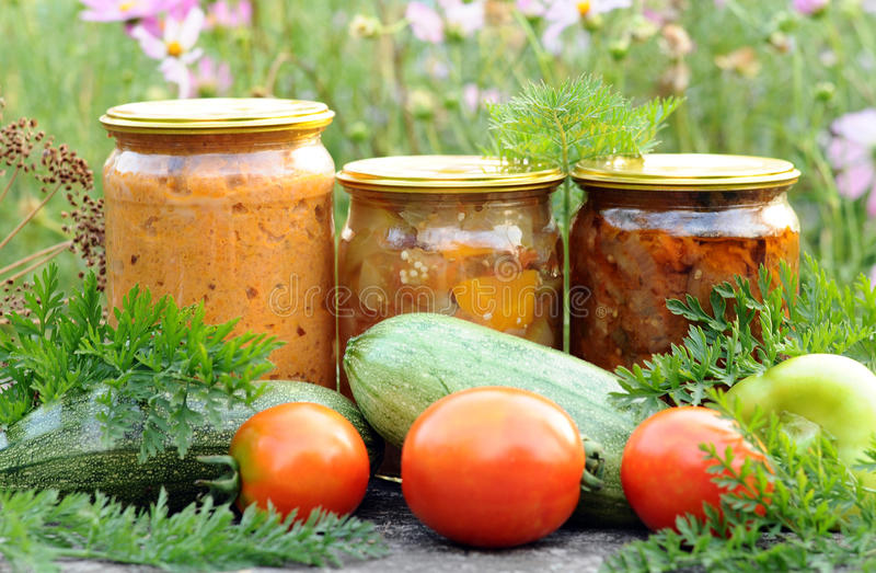 Domowy konserwowanie, zakonserwowany warzywa zdjęcia stock