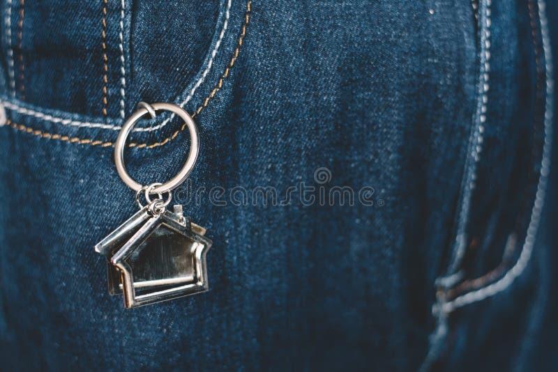Domowy kształta keychain lub klucza właściciel w cajgi wkładać do kieszeni zdjęcie stock