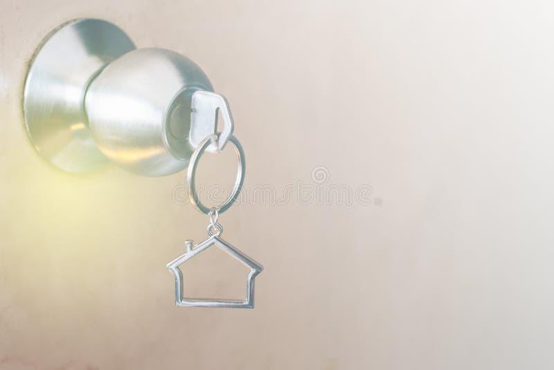 Domowy kształta kluczowego łańcuchu obwieszenie na drzwiowej gałeczce zdjęcie royalty free