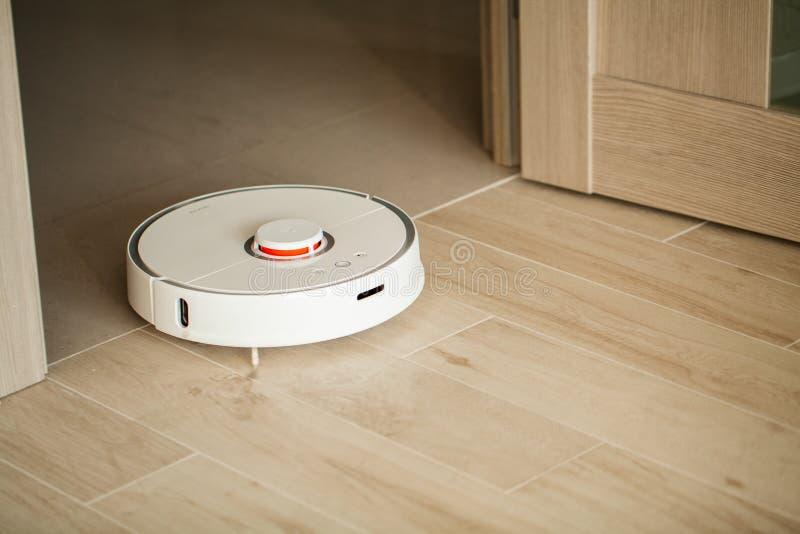 domowy m?drze Próżniowy czysty robot biega na drewnianej podłodze w żywym pokoju fotografia royalty free