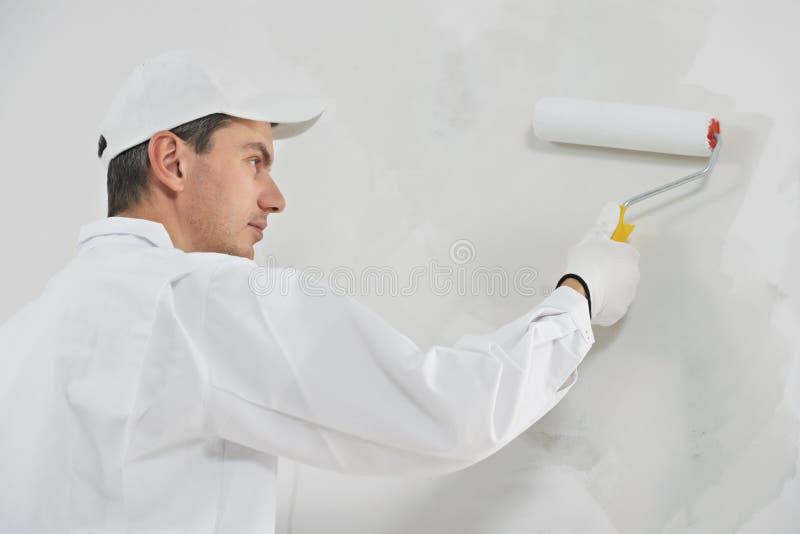 Domowy malarz przy pracą
