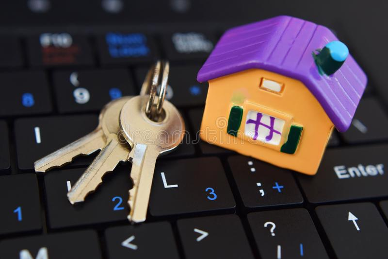 Domowy model i klucze na czarnej klawiaturze obraz stock