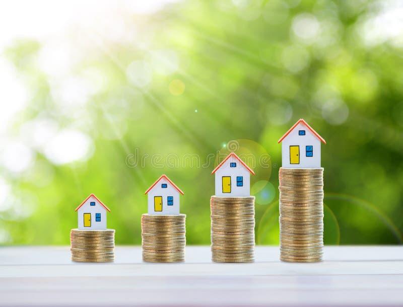 Domowy model, moneta pieniądze, hipoteka i nieruchomości inwestycja, fotografia royalty free