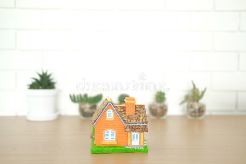 domowy model na drewnianym biurku pośrednik handlu nieruchomościami agenta nieruchomości miejsce pracy zdjęcie royalty free