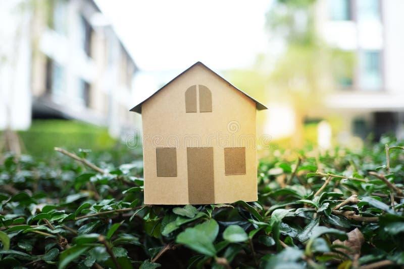 Domowy model na zielonym krzaku dla bubla, czynszu nieruchomości pojęcia z i obraz royalty free