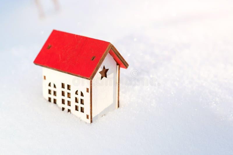 Domowy model przy śnieżnym tłem Zima Chronienia i wyodrębniania dom Przygotowywać dom dla zima czasu Nieruchomość i obraz royalty free