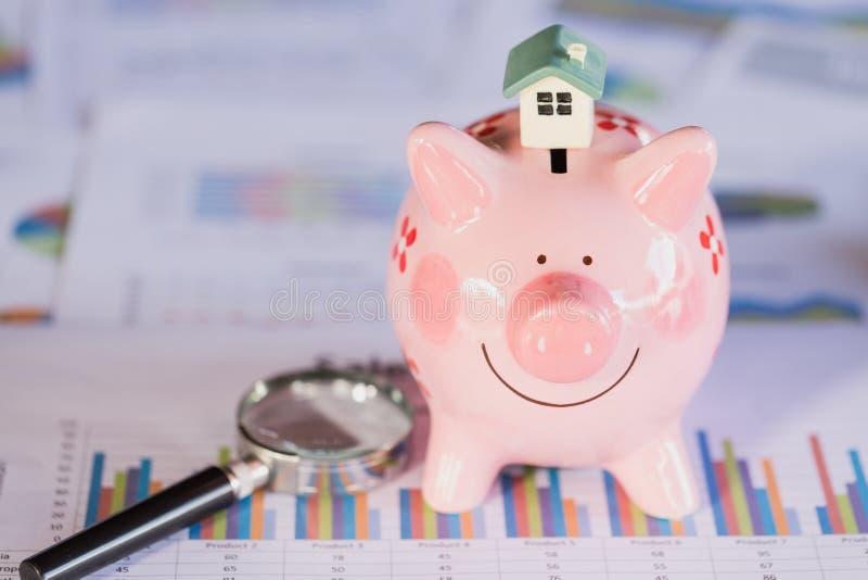 Domowy model umieszczający na prosiątko banku, finanse, bankowość, oszczędzanie pieniądze i własności zarządzania pojęciu, obrazy stock