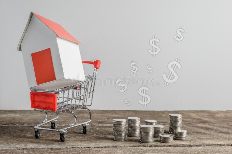 Domowy model w wózek na zakupy i rzędzie menniczy pieniądze zdjęcia royalty free