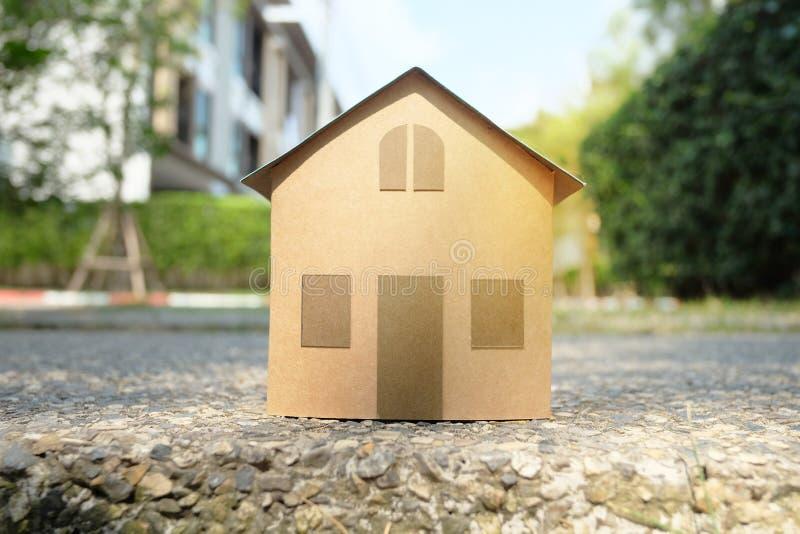 Domowy model z wioski, drzewa tłem dla nieruchomości pojęcia i obrazy stock