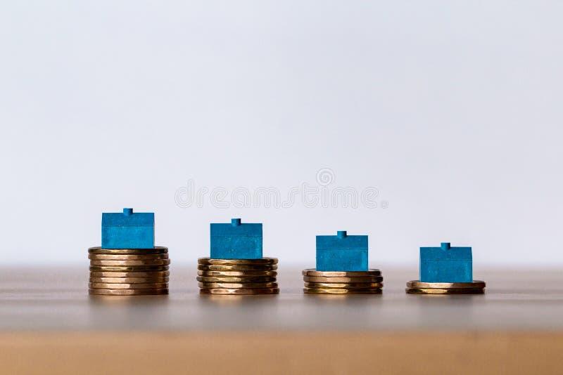 Domowy obsiadanie na stertach monety podnosi w górę kosztu w obraz royalty free